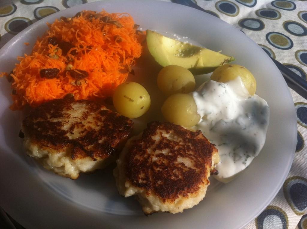 Grove fiskefrikadeller med nye kartofler, gulerodssalat med rosiner og græskarkerner + kold dip med basilikum